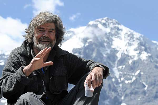 reinhold-messner-der-den-berg-1978-mit-seinem-partner-peter-habeler-erstmals-ohne-zusaetzlichen-sauerstoff-bestiegen-hat-ist-ein-scharfer-kritiker-dieses-massentourismus-am-mount-everest