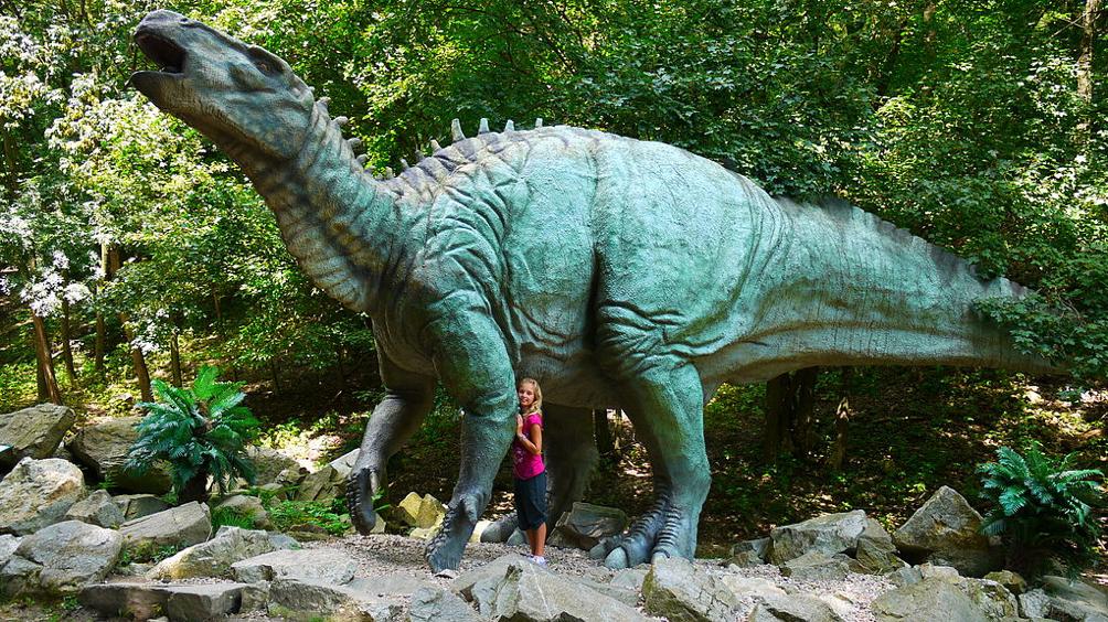 Életnagyságú szobor egy Iguanodonról. Forrás: Wikimédia Commons.