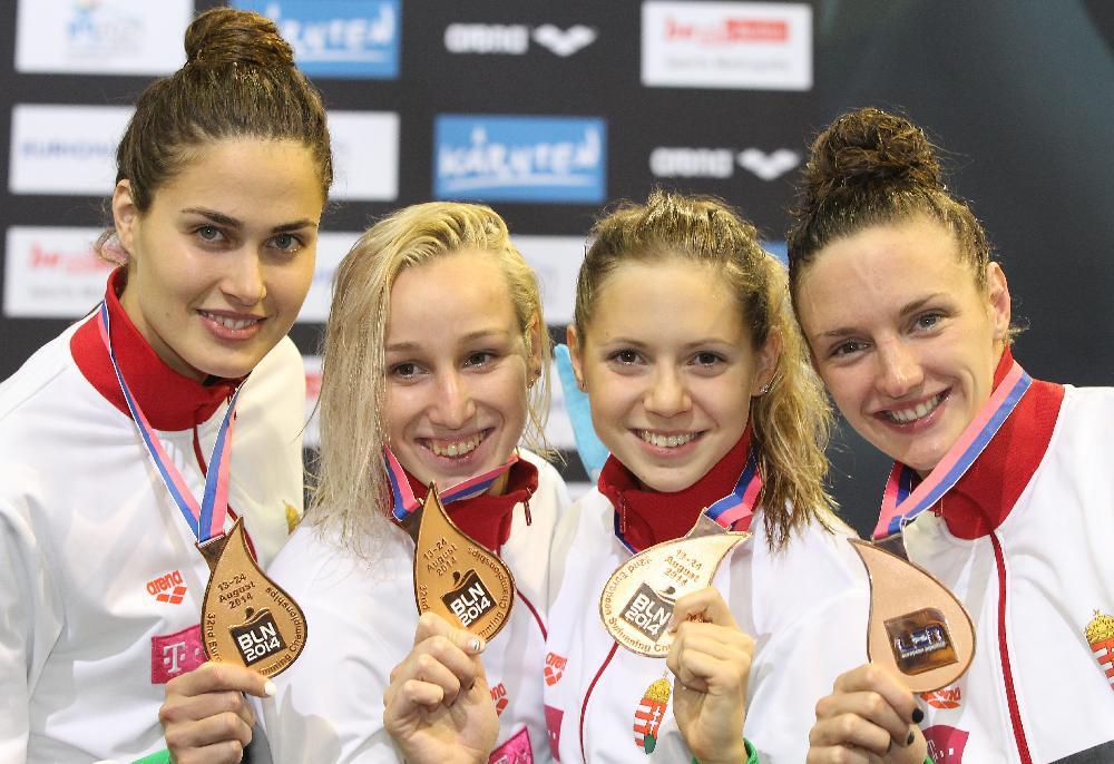 Jakabos Zsuzsanna, Verrasztó Evelyn, Kapás Boglárka és Hosszú Katinka (b-j), a bronzérmes női 4x200 méteres gyorsváltó tagjai a dobogón