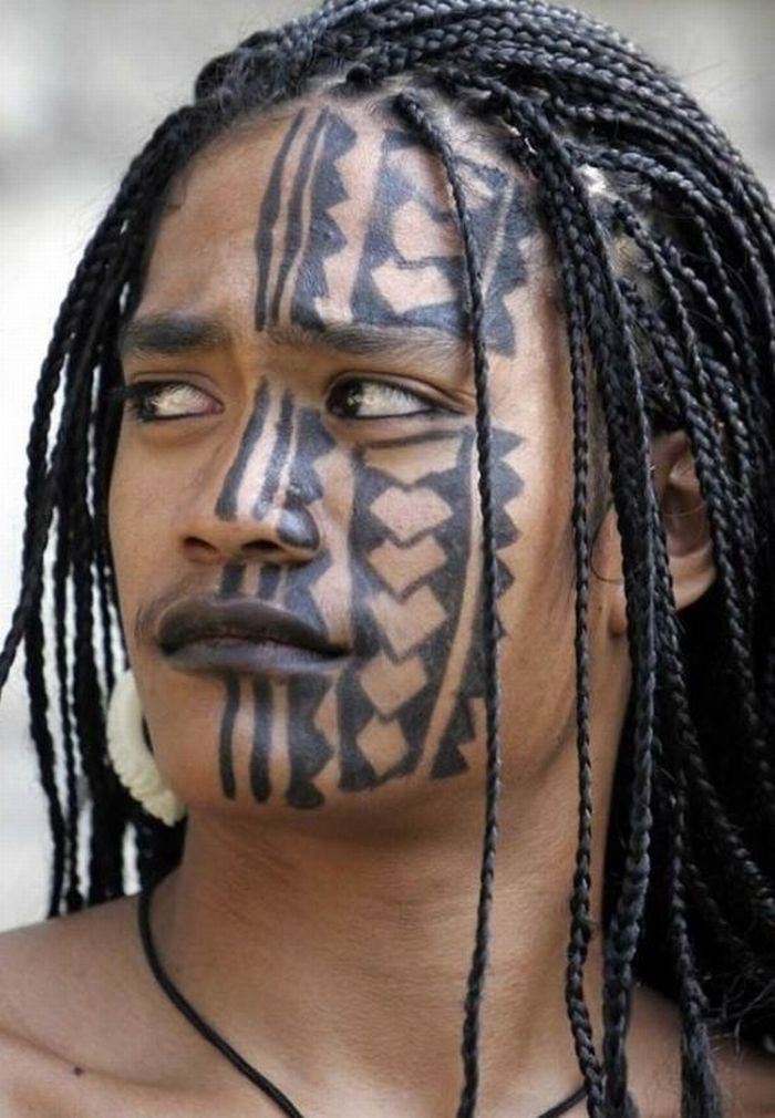 Tribal-tattoo-on-the-face-of-the-girl