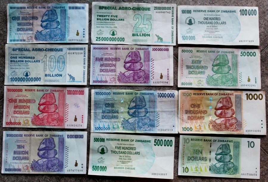 """Zimbabwei dollárcímletek a hiperinfláció után. A zimbabwei kormány is részesült Ignobel-díjban, mert a címleteivel """"segíti az állampolgárokat a nagy számok nevének helyes leírásában."""" A kép forrása: pri.org"""