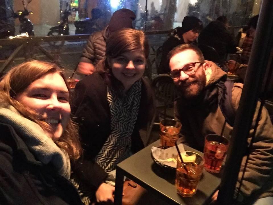 """A barátok """"aperitivóznak"""" (=csipegetés és iszogatás). Az Aperol Spritz az olasz fiatalok kedvenc itala."""