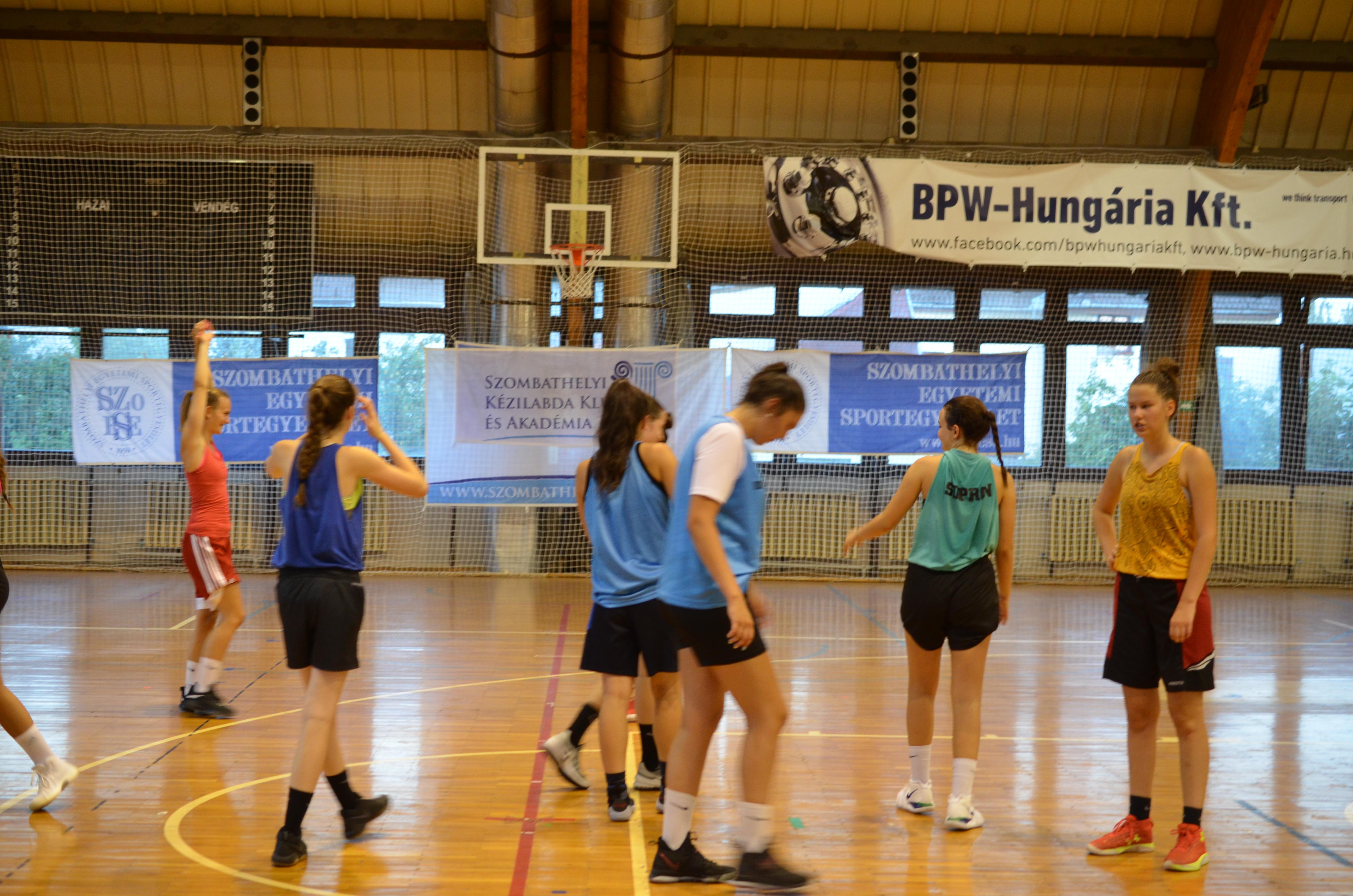 Már 5 az 5 ellen is gyakorolnak kosaras lányaink Fotó: Tóth Dávid