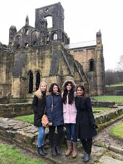 barátokkal a Leeds külvárosában fekvő Kirkstall Abby-nál
