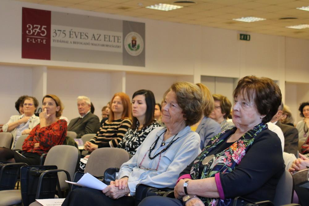 A kép előterében balról jobbra: Lányiné Engelmayer Ágnes és Fonyó Ilona