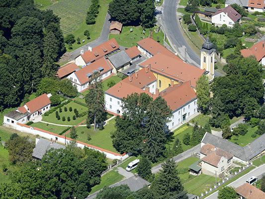 A bakonybéli monostor látképe Forrás: hu. wikipedia.org