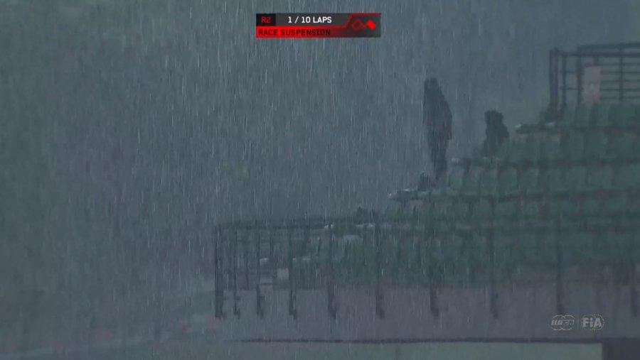 Eső és sötétség a második futamon