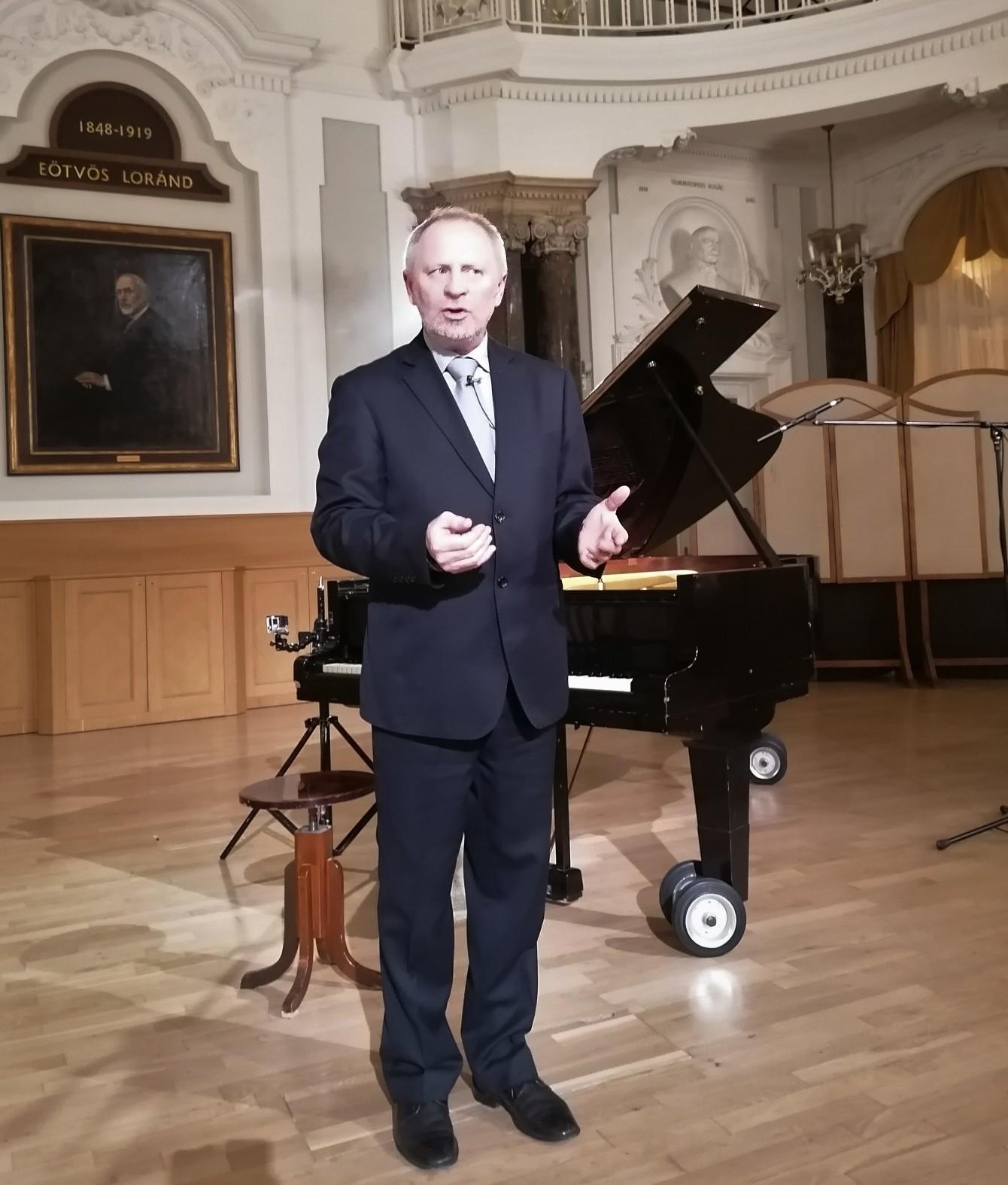 Kovács László karmester mesélés közben
