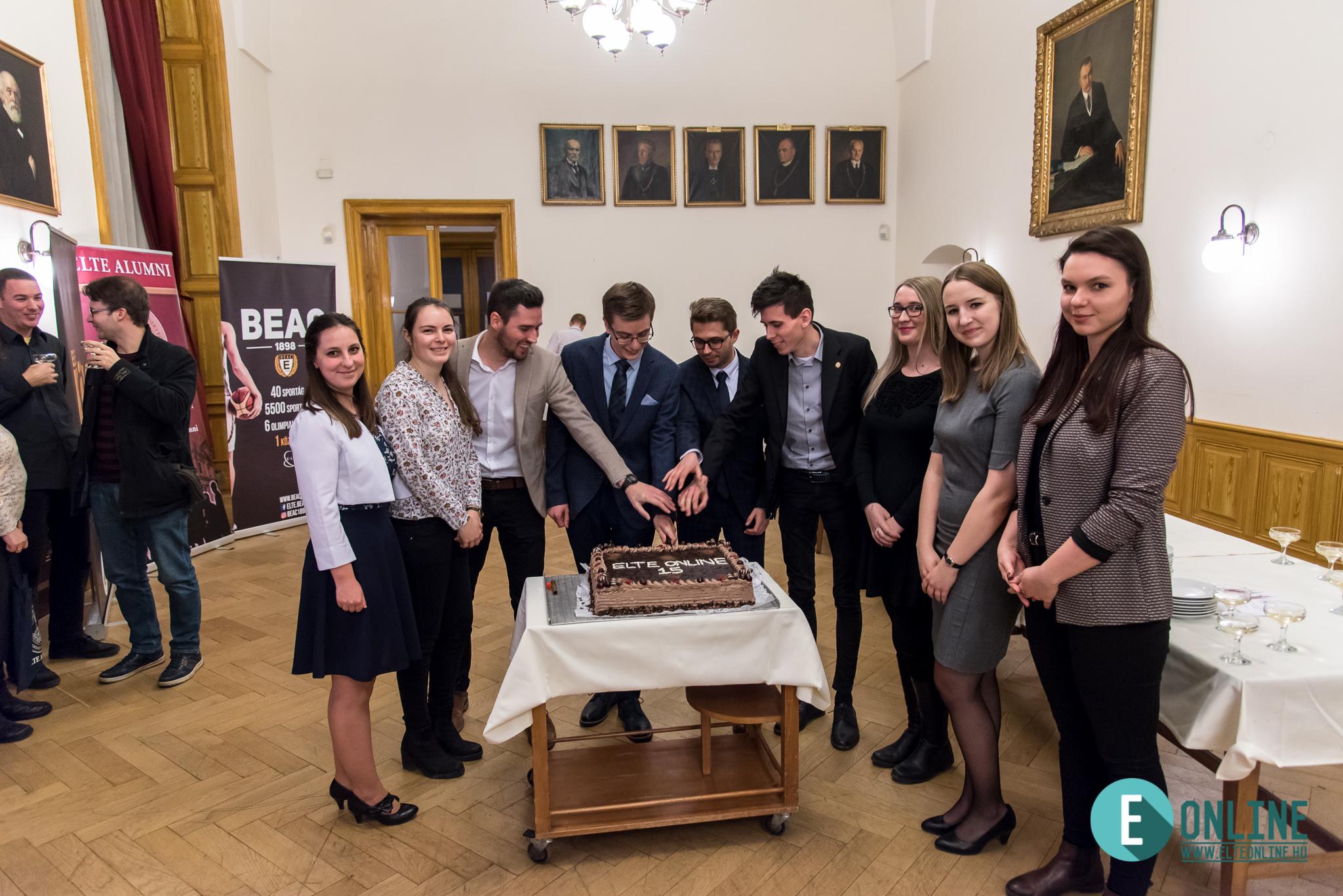 A születésnapi torta felvágása Eszterhai Marcell, EHÖK-elnökhelyettes társaságában.