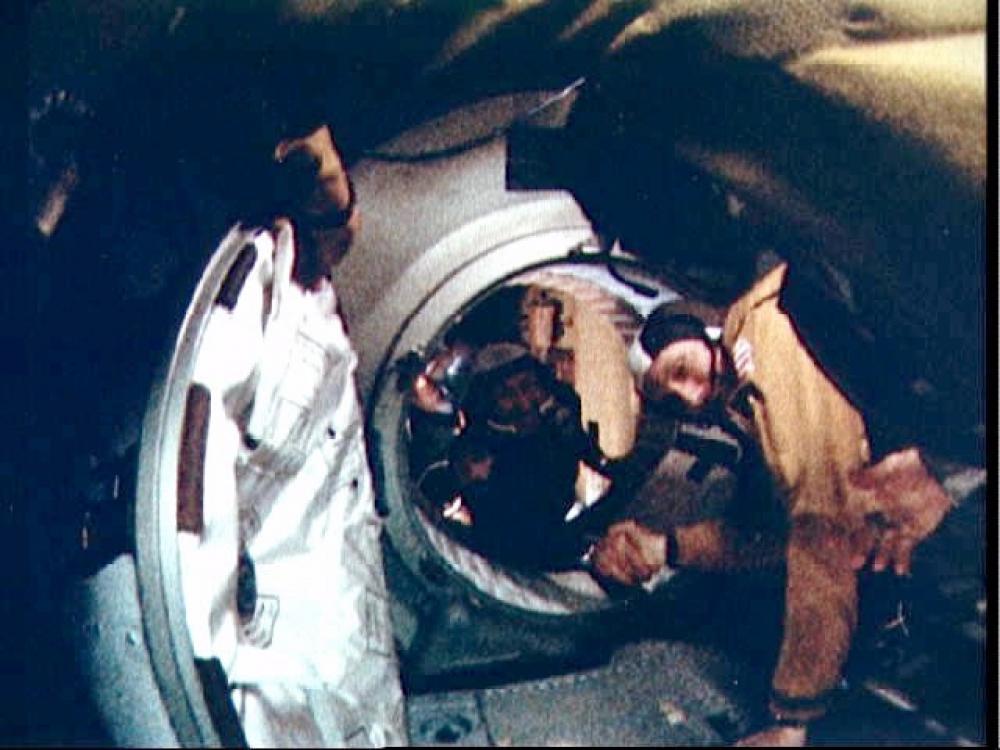A történelmi pillanat: az első nemzetközi kézfogás a világűrben.