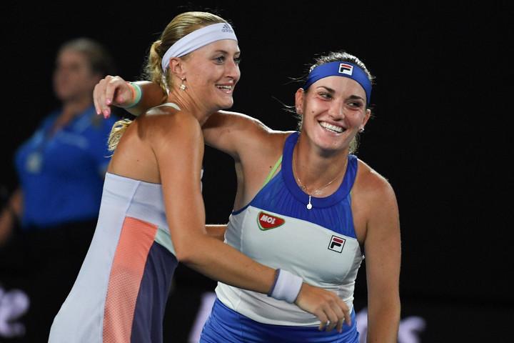 Babos Tímea (jobb) és Kristina Mladenovic ünnepel az Australian Openen